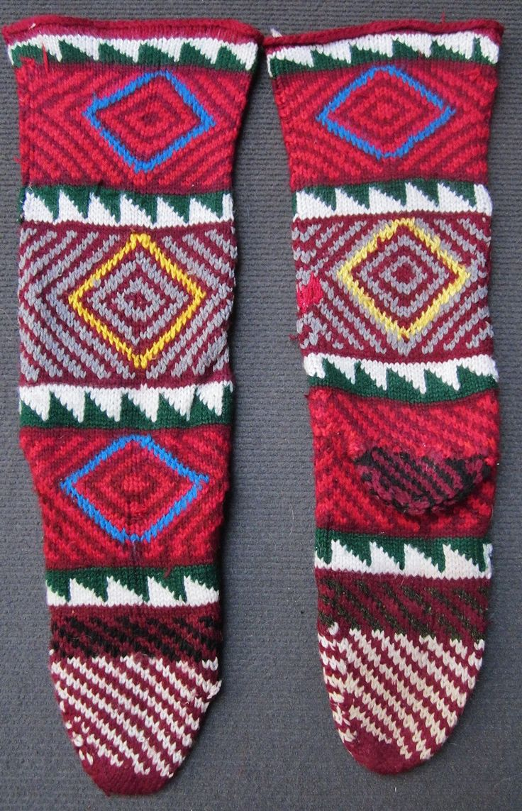 Traditional hand-knitted stockings, for women.   From the Çanakkale province.  Last quarter of 20th century.  With diamond-shaped 'ayna' (mirror) pattern, which is an amulet against the evil eye.  (Inv.nr. çor148 - Kavak Costume Collection - Antwerpen/Belgium).