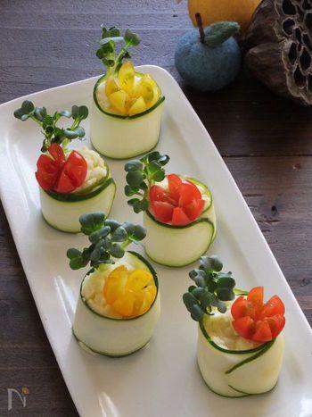 ポテトサラダを薄くスライスしたズッキーニで巻いて。お花のように飾り切りにしたミニトマトとかいわれ大根を添えれば、まるで小さな鉢植えのよう。手で気軽につまめるのはいいけれど、かわいすぎて食べるのがちょっともったいなくなってしまいそうですね。