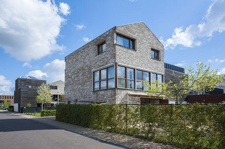 Eindhoven, Waterwereld 74 - luxe en duurzaam gebouwde eigentijdse, geschakelde woning met garage, met twee parkeerplaatsen op eigen terrein aan de voorzijde, sfeervolle, lichte woonkamer, luxe, complete Poggenpohl woonkeuken met alle inbouwapparatuur, ouderslaapkamer met garderoberuimte en eigen badkamer 1 alsmede royale slaapkamer 2 op 1e verdieping, 3 royale slaapkamers en luxe, complete badkamer 2 en wasruimte op de 2e verdieping, met fraai aangelegde achtertuin op het zuidwesten met…