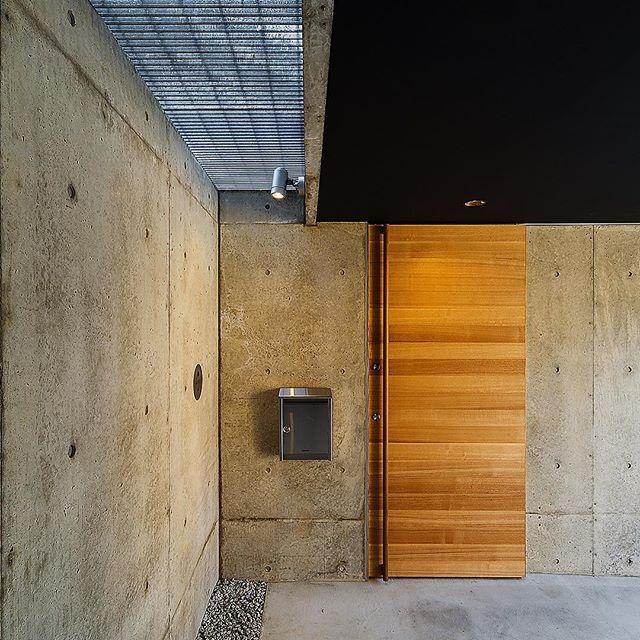 ■haus-wrap■ インターホンはポスト左の丸いステンレスのプレートの中に隠してあり、プレートにはローマ字の苗字がレーザー彫り加工してあります♪ 左上のグレーチングは中庭からの通風と採光を得るために♪ : haus-wrapの他の投稿はこちら→#hauswrap : #建築家 #建築 #住宅 #新築 #設計 #設計事務所 #家 #注文住宅 #玄関 #外構 #コンクリート #ポスト #玄関ドア #神戸 #ポーチ #architect #architecture #build #exterior #design #entrance #post #door #haus #house #residence #housedesign #homedesign #一級建築士事務所haus