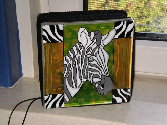 Lampje  Glasblok+(+bouwmarkt+)+  Glasboor+gat+erin+boren+(+in+een+emmer+onder+water+ivm+luchtdruk+in+het+glasblok+)  Patroon+op+maat+gemaakt+(+glas+in+lood+site+)+en+met+carbonpapier+erop+tekenen  Met+transparante+en+dekkende+glasverf+ingeverfd.  Afbakken+in+oven,+45+min+op+150+graden,+er+pas+uithalen+na+gehele+afkoeling.  Kerstlichtjes+erin+doen+en+haarband+erom+heen.