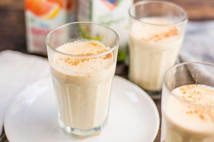 Recept voor ontbijtshake voor 4 personen. Met appel, handpeer, havermout, honing, kaneel, drinkyoghurt en witte druiven