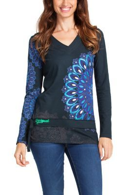 Desigual women's Deluka T-shirt. Long sleeved, V-neck T-shirts with an amazing print: the perfect item for this season.
