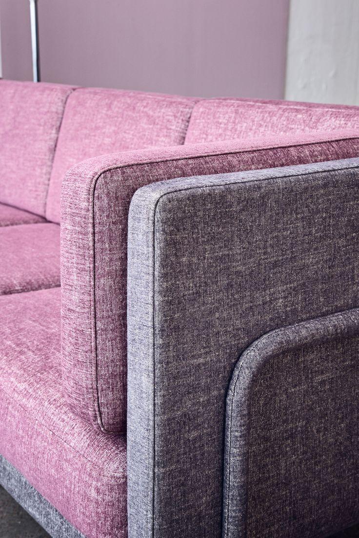 Ramis polstrede metallrørramme innrammer denne stilige sofaen på en grasiøs, luftig og iøynefallende måte. Designen, som har hentet inspirasjon fra 1920-tallet, er feminin uten å overdrive. Sofaen har vakre linjer også på baksiden, slik at du både kan plassere den mot en vegg eller gi den en plass midt i rommet. Det er helt opp til deg.