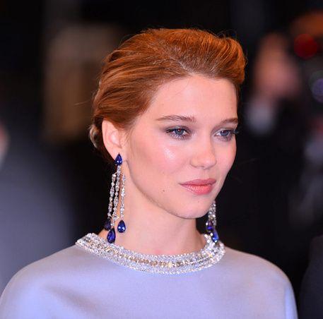 Léa Seydoux con pendientes de zafiro y diamante de Chopard / Léa Seydoux with Chopard diamond and sapphire earrings.