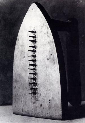 Man Ray - Cadeau (Dada)(1921)