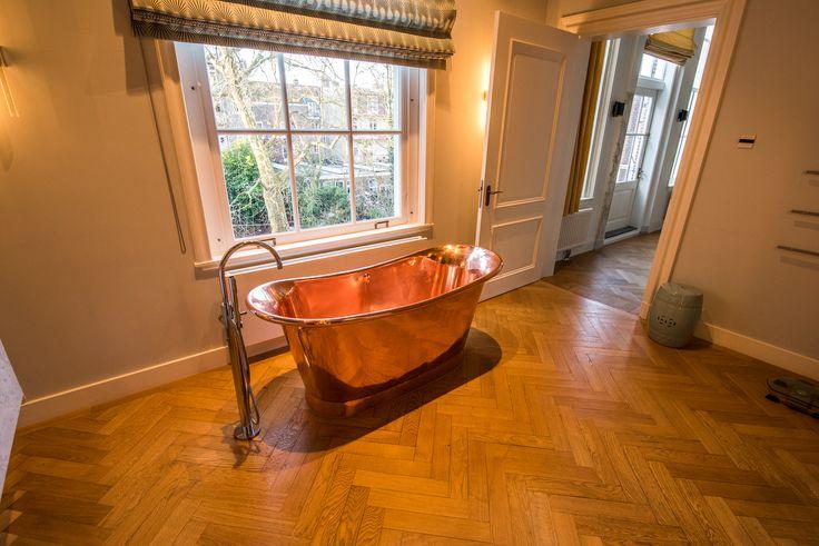 Wow deze badkamer!   houten vloer, visgraat, eiken, luxury home, interieur, interiordesign, interieur, koperen bad, badkamer, bathtub
