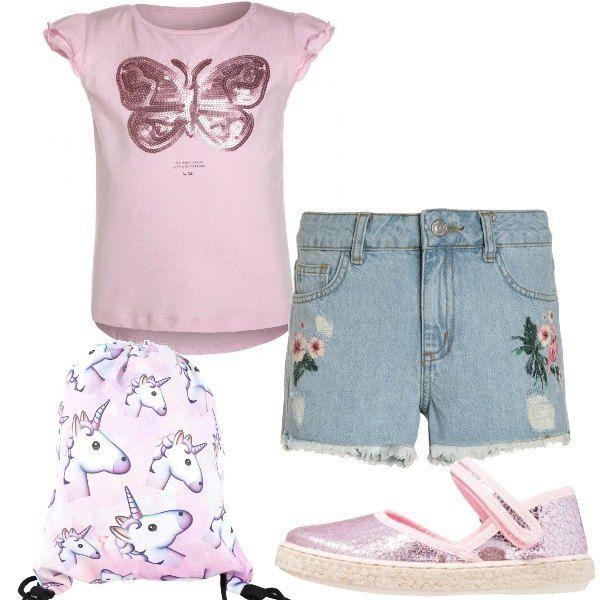 T-shirt in cotone con scollo tondo e farfalla di pailettes. Shorts in jeans con frange e fiori. Espadrillas rosa in finta pelle con chiusura a velcro. Zainetto con unicorni.