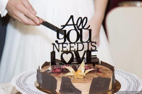 El momento de cortar la tarta es uno de los más esperados, tanto por los novios como por los invitados. Acompáñalo de la música perfecta. ¿Cuál? Descúbrela en estas 50 melodías que hemos recopilado para la ocasión.