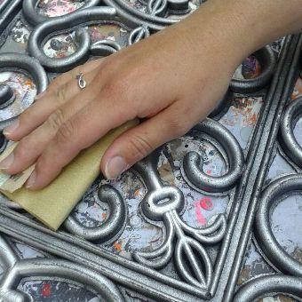 """Stap 3: Schuur de deurmat licht op en creëer een """"oud"""" effect, pattineren."""