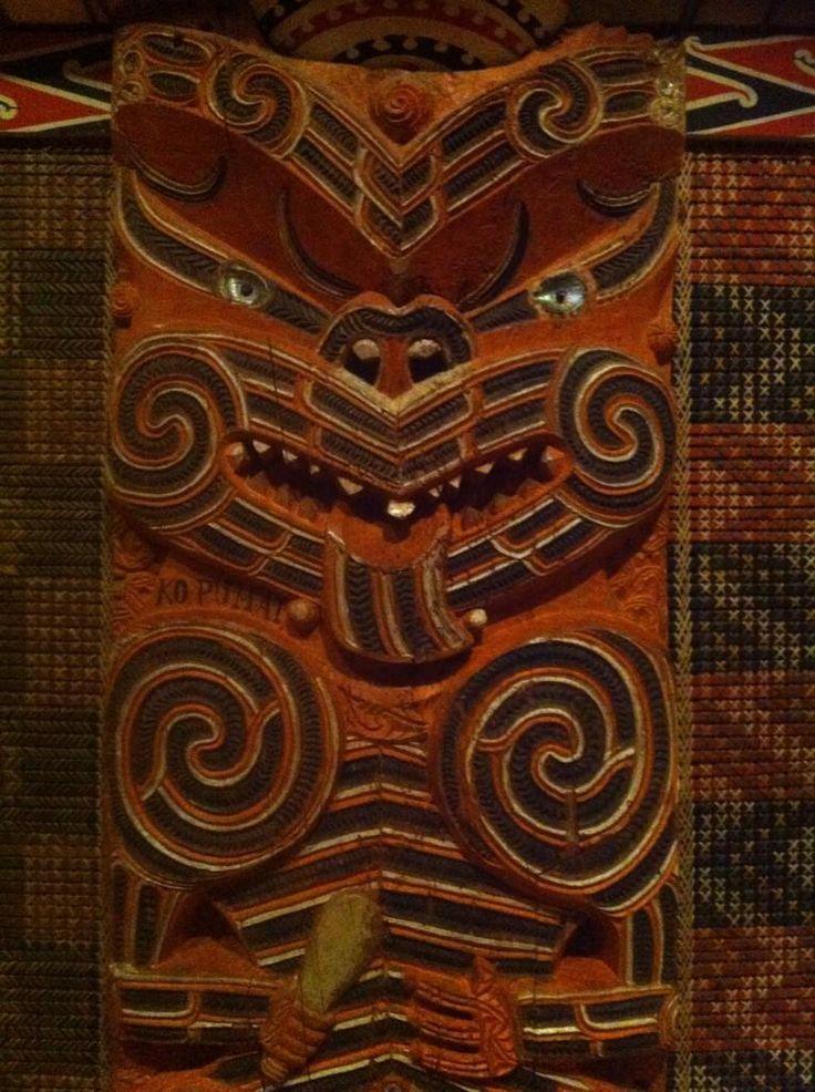 Le Marae, la maison communale Maori, est décoré par les statuts des ancêtres, sculptés dans le bois et par des peintures propres à chaque tribus