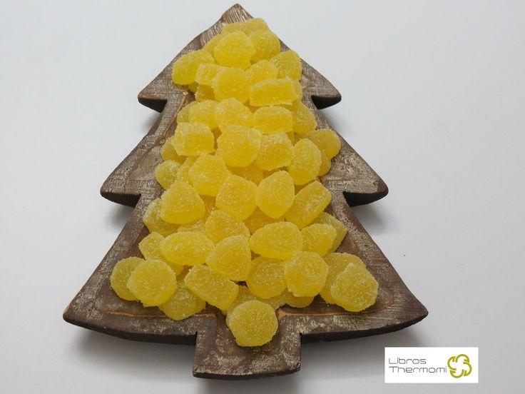 Gominolas de Gin Tonic con Thermomix Ingredientes 1 sobre de gelatina de limón (nosotros pusimos de la marca Royal) 2 sobres de 10 gr cada uno de gelatina neutra en polvo (también Royal) 200 gr de ginebra 200 gr de azúcar Azúcar para el rebozado de las gominolas