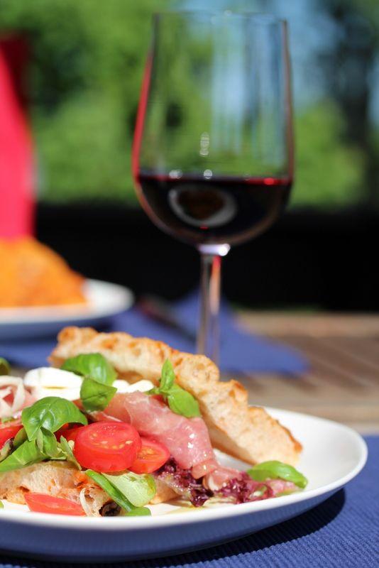 Foccacia med parmaskinke, tomater og mozzarella - TRINEs MATBLOGG