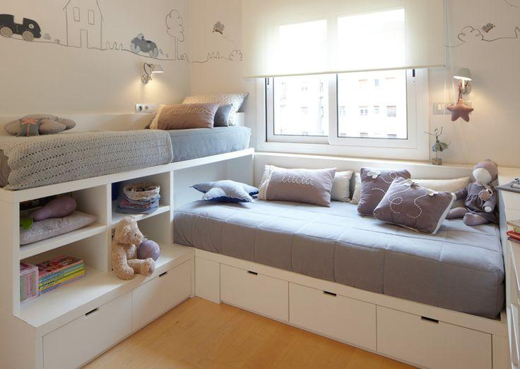 Schöne Kinderbetten mit Schubkästen als Über-Eck-Lösung für ein gemeinsames Kinderzimmer.
