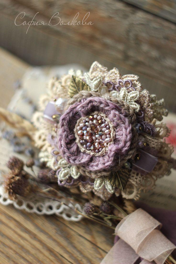 Купить или заказать Ободок 'Заснеженный крокус' в интернет-магазине на Ярмарке Мастеров. Изящное дополнение к нежному весеннему образу. Ободок, собранный из множества золотисто-сиреневых кружевных лепестков. Вязаный цветок украшен россыпью жемчуга и чешского стекла, по бокам - сияющие кристаллы, миниатюрные стеклянные цветы, барочный жемчуг и небольшие листочки цвета античной бронзы. **************** На модели ободок представлен с роскошными творениями felt-дизайнера Ирины Демченко.…