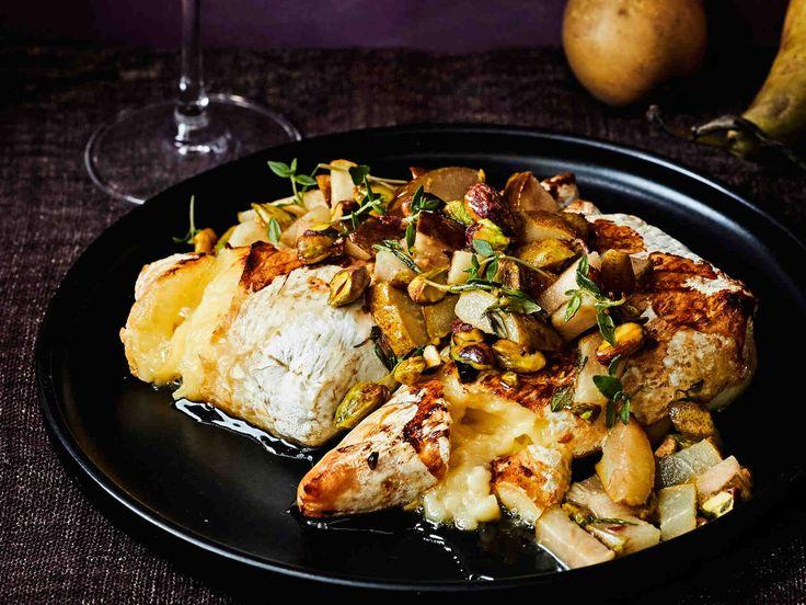 Inkiväärinen päärynä-pistaasipaistos valmistuu liedellä sillä aikaa, kun juusto pehmenee uunissa.