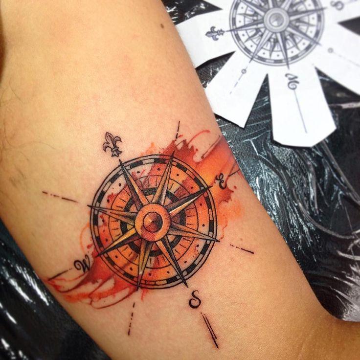 Los tatuajes de brújula son de inspiración marina, que se adapta a los gustos de las personas ya que se puede optar desde la simplicidad hasta modelos muy elaborados basados en estilos como el biomecánico, tribal, steampunk y new school. Las personas suelen tatuarse una brújula como símbolo de protección durante el viaje, para representar la estrella del norte que da orientación hacia una meta y como símbolo de buena suerte. Algunos diseños que puedes emplear para una brújula son los…