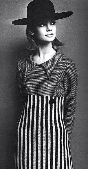 1960s Mary Quant es una diseñadora de moda británica. Su nombre adquirió fama internacional en la década de 1960 con la creación de la minifalda. Representó una moda informal para jóvenes y sus modelos se difundieron a gran escala.