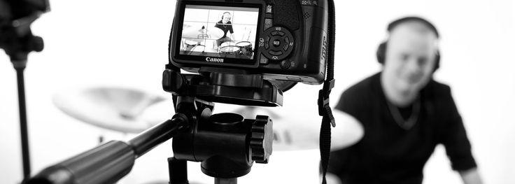 """Сергей Дворецкий, лидер группы """"Магелланово облако"""":  — Все образы музыка рождает в восприятии без вспомогательных средств, и варианты картинок могут быть какими угодно в зависимости от нас самих. Но… иногда случается так, что экранизация той или иной песни оказывается настолько точной по эмоциональному наполнению, что лишать себя удовольствия всматриваться в образы, придуманные режиссерами, совершенно не хочется.  Подборка клипов от Сергея."""