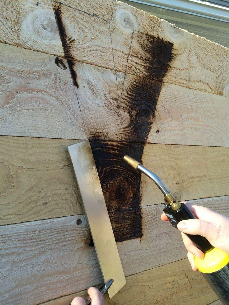 Brennen Sie Buchstaben mit einer Taschenlampe und einer Metallkante auf einer Holzpalette. OLT #WoodWorking