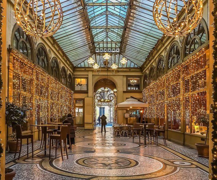 Elle est construite en 1823 par le président de la Chambre des notaires, Marchoux, à l'emplacement des hôtels Vanel de Serrant et du passage des Petits-Pères, d'après les plans dessinés par l'architecte François-Jacques Delannoy. Inaugurée en 1826 sous le nom de « Marchoux », puis rapidement baptisée « Vivienne », cette galerie tire profit de son emplacement exceptionnel. Elle attire bon nombre de visiteurs avec ses boutiques de tailleur, bottier, marchand de vin, restaurateur, librairie…