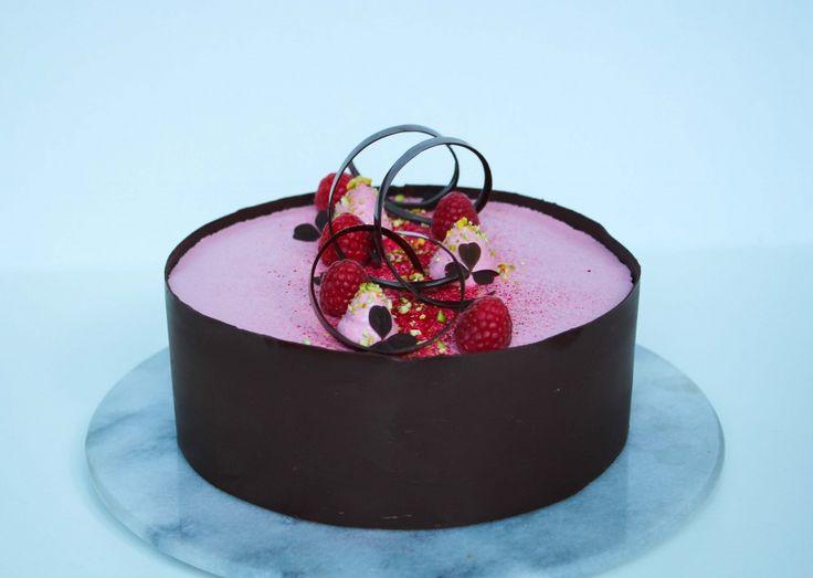Det her må simpelthen være den bedste kage jeg endnu har lavet! Den indeholder alle mine yndlingsingredienser, den smager fantastisk og så er den smuk at se på. Det er en kage der er lidt mere tidskrævende - men tro mig, det er det hele værd! Kagen består ....