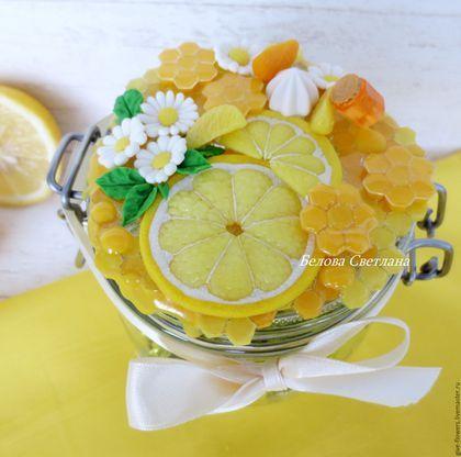 Купить или заказать Баночка для мёда в интернет-магазине на Ярмарке Мастеров. Баночка для мёда -- не только практичный подарок (для мёда, сладостей, орешков и т.д.), но и красивое украшение для вашей кухни. На крышечке расположились медовые соты (мой небольшой мини МК по изготовлению таких сот опубликован в журнале 'Полимерная глина в России'), цветы ромашки и лимонные дольки -- всё что нужно для вкусного и красивого чаепития..)) Баночка 500мл, 10.