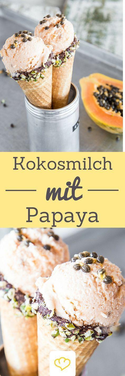 Eine vollreife Papaya ist eine echte Vitamin-C-Bombe und schmeckt süß, mild und einfach wunderbar. Beste Voraussetzungen also, um zusammen mit Kokosmilch zu einem frischen, leckeren Papayaeis verarbeitet zu werden. Ein bisschen knuspern darf es auch. Das Superfood-Eis wird mit ein paar gerösteten Pekannüssen verfeinert und auf einer extraschicken Eiswaffel serviert.
