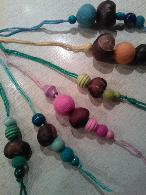 Ophæng med filtkugler, kastanjer og perler