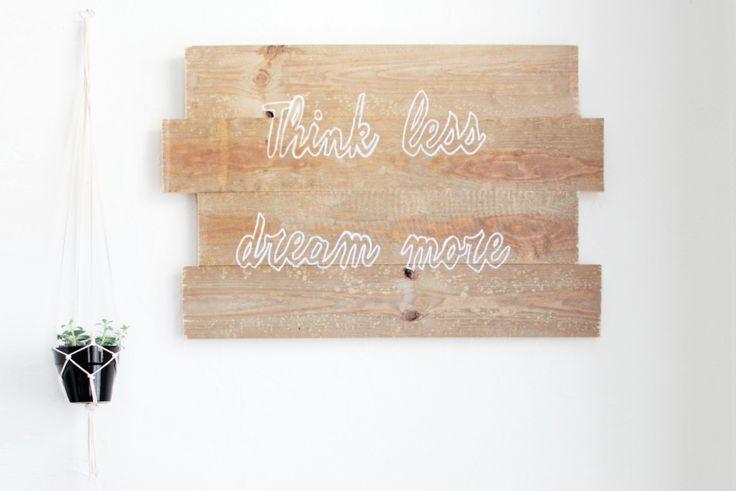Comment fabriquer un tableau en bois avec une citation - Peindre une palette en bois ...