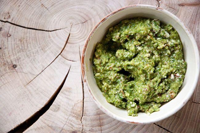 Grønkålspesto smager skønt og kan bruges som dip og dressing i fx sandwiches - helt som traditionel pesto - få den lækre pesto opskrift