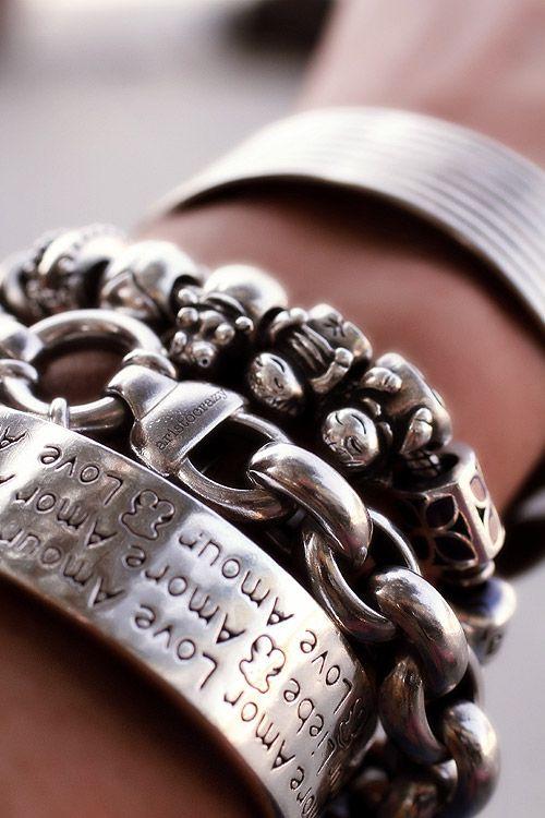 Ponte todas las pulseras de plata.