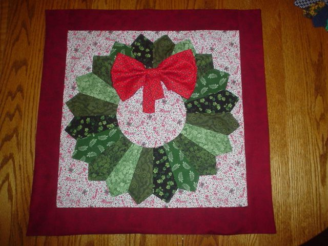 Christmas dresden quilt : Holiday Wreath