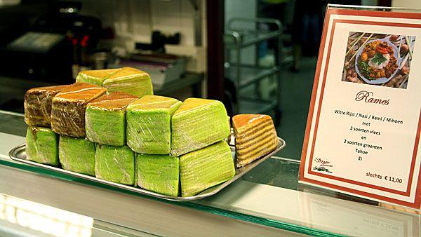 Bij Culy zijn we dol op de Indische keuken en natuurlijk ook op spekkoek! Tegenwoordig kun je het op meerdere plekken in Nederland kopen, maar… je kunt spekkoek (met een beetje geduld) ook zelf maken! Spekkoek (ook wel: spekuk of lapis legit) is een spongy cake en wordt opgebouwd uit verschillende laagjes. Laagjes vanillecake en kruidige […]