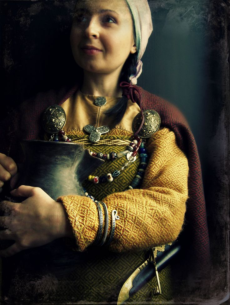 Viking woman clothing : diamond twill wool. Viking jewelry from Birka and Gotland : tortoise (oval) brooches, trefoil brooch, small round brooch, spiral arm ring. Birka knife. Viking pottery.