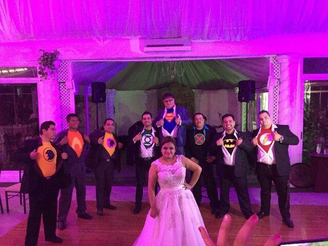 Foto de los amigos con playeras de la liga de justicia boda de superman #superman #superheroes #ligadelajusticia