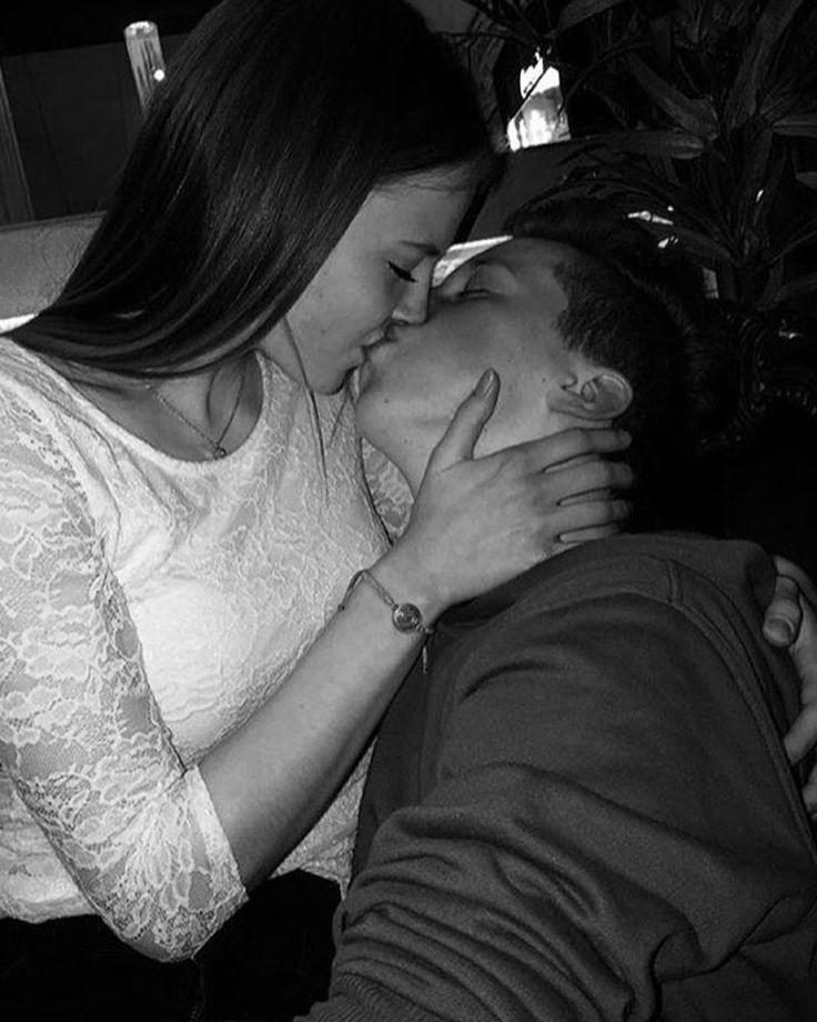 картинки целующейся пары без лица вариант возможен