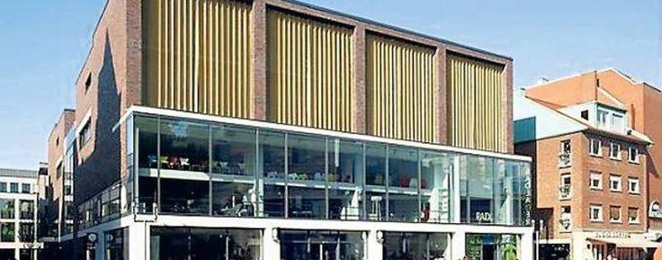 Das ehemalige Parkhaus in der Stubengasse in Münster (Nordrhein-Westfalen), in dem nach seiner Umnutzung inzwischen unter anderem ein Möbelhaus, ein Rad-Parkhaus sowie Büros und zahlreiche Wohnungen entstanden sind.