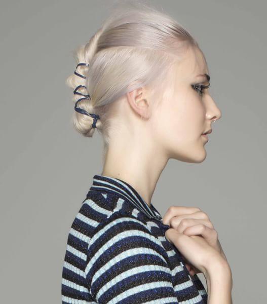 Con nastro  Un nastro nero a contrasto con il biondo dei capelli trattiene la mini-coda fissata alla testa di Toni & Guy. #hairstyle #chignon #ss16