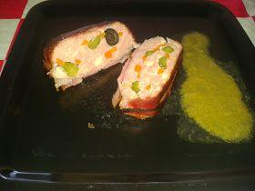 Pastel de bacon, pollo, zanahoria, pepinillos, aceitunas negras sin hueso, quesitos, carne picada.