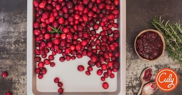 Tijdens vele kerstdiners komt 'ie op tafel: cranberrysaus. Superlekker bij gegrilde kip, kalkoen en eend. Of roer wat door je granola of yoghurt. Deze video t...