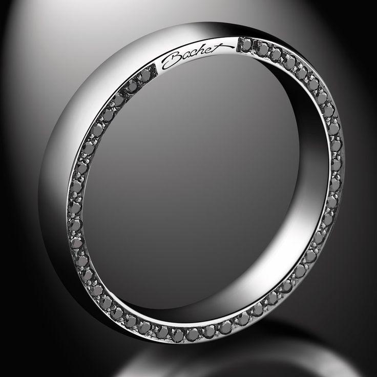 """L'alliance pour femme """"Subtile"""" de la Maison Bachet est réalisée en or blanc, diamants blancs (0.38 carat) et diamants noirs (0.38 carat). La section de ce modèle est légèrement bombé, elle est sertie sur un des côtés de diamants noirs et sur le côté opposé de diamants blancs."""
