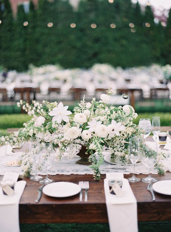 Classy dining | All white bouquet with white plates + napkins