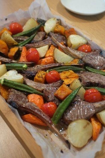 じゅうじゅうの厚切りのお肉は味のアクセントにもなるのでおすすめ!カリッカリのフランスパンとの相性も抜群ですよ。こちらはラム肉のアレンジレシピです。