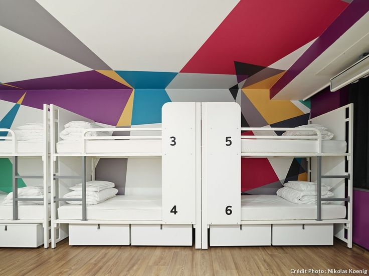 Dortoirs avec lits blancs superposés, plafond et haut des murs peints en couleur avec des perspectives. #chambre #bedroom #kidsroom