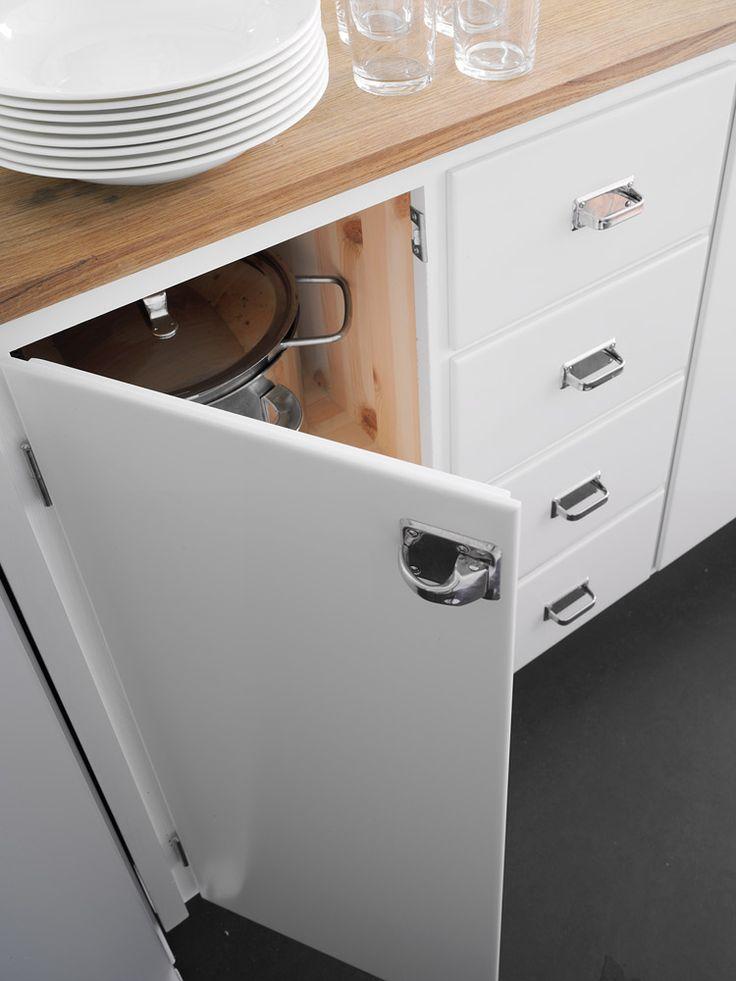 Kökslucka och kökslådor i ett platsbyggt funkiskök i Stockholm, handbyggt i orginalstil av Möllansverkstäder i Malmö / site-bygget oprindeli...