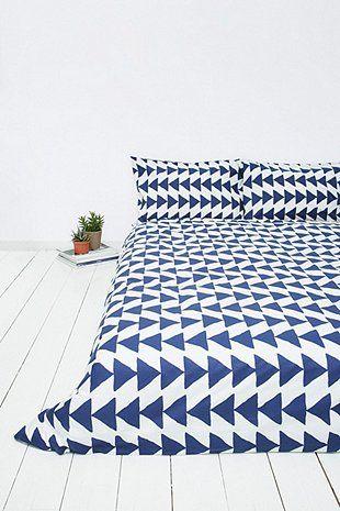 Ensemble housse de couette et taies d'oreiller à flèches bleu marine - Urban Outfitters