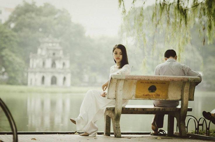 -Nos gustaría visitar el sudeste asiático… ¿Verdad que son bonitos los nombres de las mujeres de Vietnam? Cuando lleguemos allí cambiaré el mío. Quizá nunca aprenda su idioma, pero tendré un nombre vietnamita… Sandra se sienta sobre el piano. No me mira. Aparta de sus ojos un mechón de su cabello, de color rubio