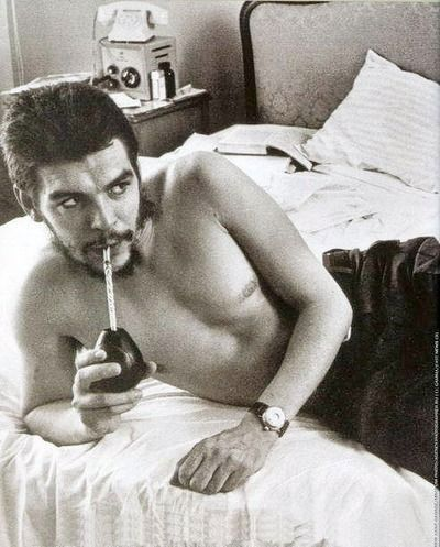 Ernesto Che Guevara bebiendo yerba mate