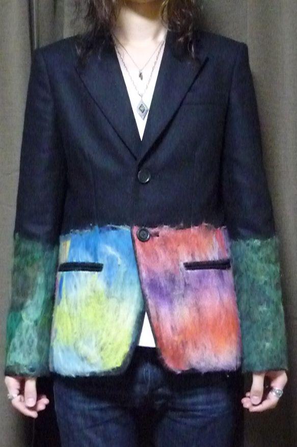 ウール(フラノ)と多色の原毛を合わせ、ニードルパンチを施した2Bテーラードジャケット。身頃はウエスト~裾、袖はエルボーから裾袖まで原毛を打ち付け、絵画のような...|ハンドメイド、手作り、手仕事品の通販・販売・購入ならCreema。